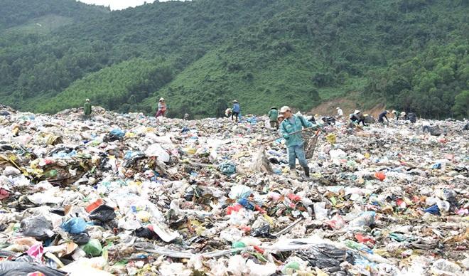 Vận động người dân tạm dừng thu nhặt phế liệu tại bãi rác Khánh Sơn